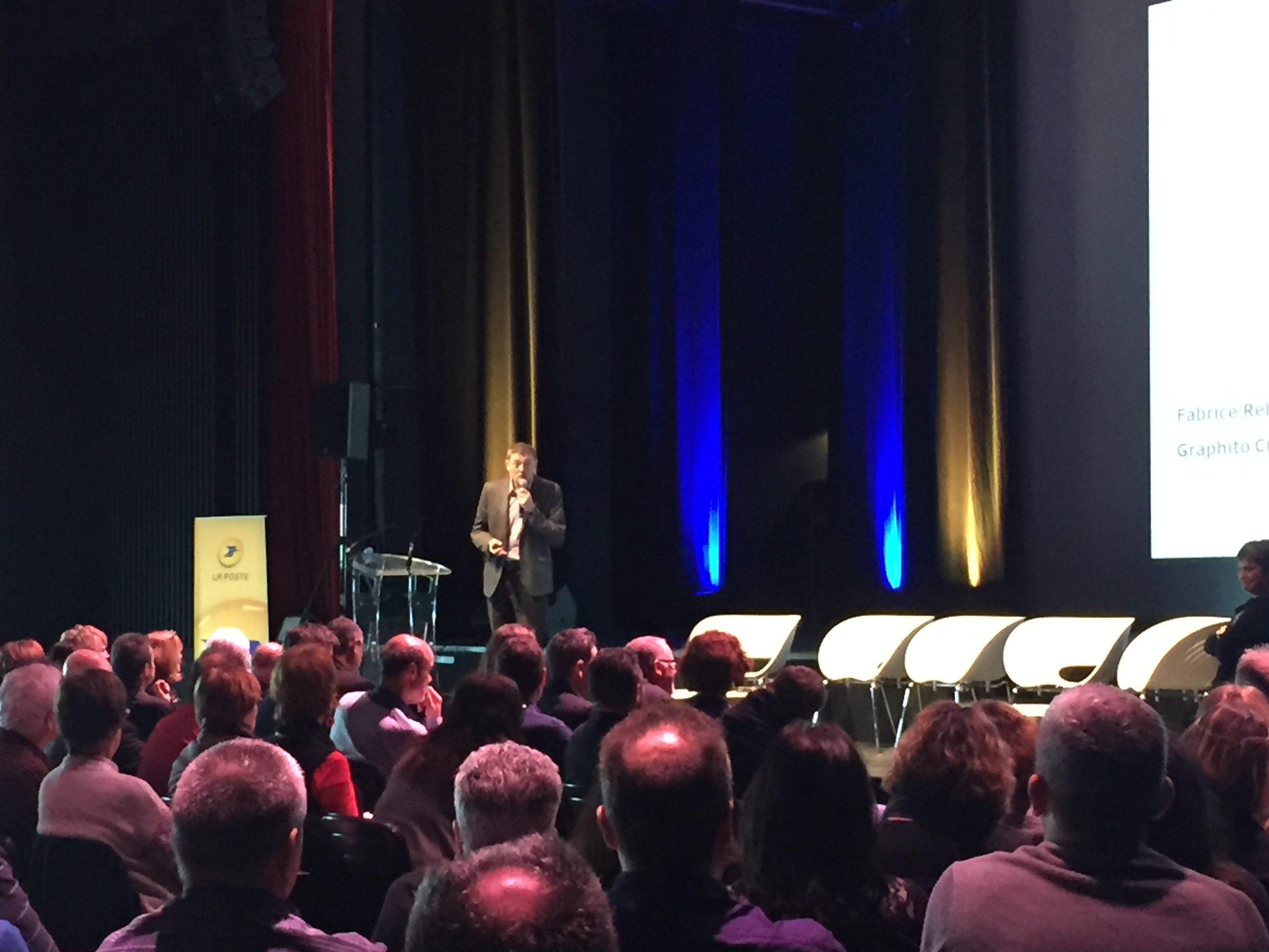 Fabrice Reboullet en reprensentation lors d'une conference pour le groupe La Poste